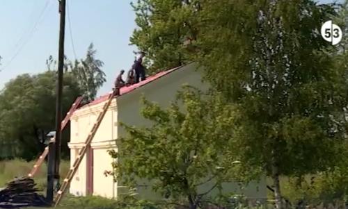 Видео: в поселке Батецкий впервые за 60 лет ремонтируют вокзал