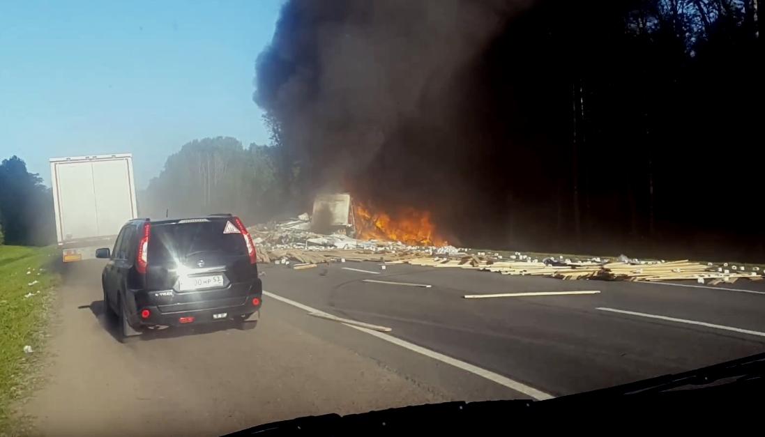 В Новгородской области на М-10 ДТП с пожаром. Водитель одной из фур погиб