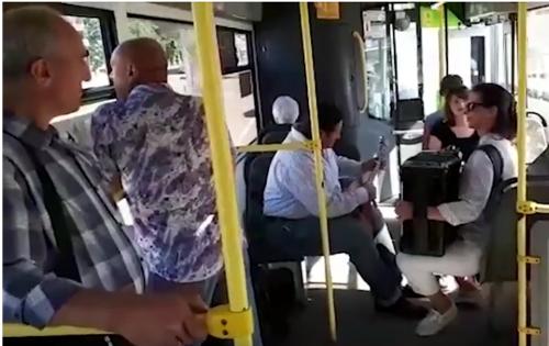 Видео: музыканты устроили концерт в новгородском автобусе