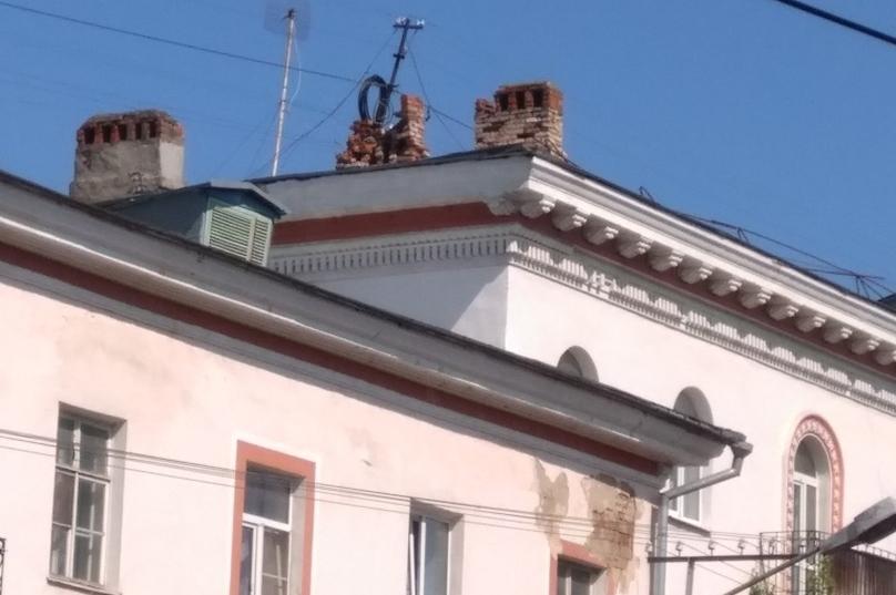 Фотофакт: с крыши дома на улице Большой Московской на головы прохожих могут упасть кирпичи