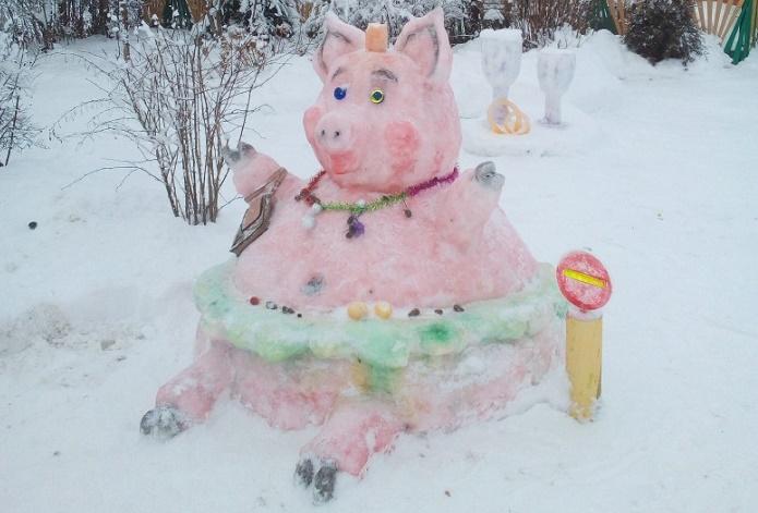 Жители Новгородской области слепили очаровательную свинку из снега