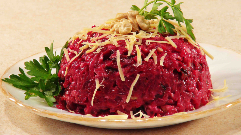 «53 новогодних рецепта»: сербский салат со свеклой и свининой