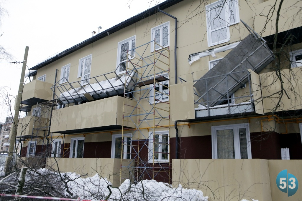 Обрушился балкон в доме для ветеранов в кречевицах. сообщаем.