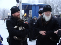Новгородский митрополит Лев помог бездомному щенку обрести дом