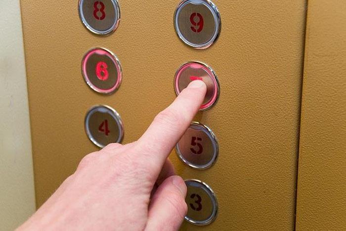 Новгородцы дождались замены 50-летнего лифта