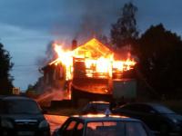 Вероятная причина пожара в двухэтажном доме в Валдае – удар молнии