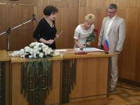 В Великом Новгороде на серебряной свадьбе супругов встретила та же ведущая церемонии, что и 25 лет назад