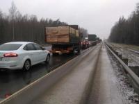 На трассе в Крестецком районе собралась длинная пробка из-за ДТП с двумя фурами