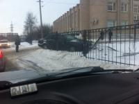 Фото: Иномарка снесла забор Детской областной больницы