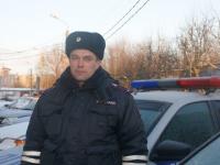 Новгородские полицейские помогли замерзающим на трассе водителю и пассажирам микроавтобуса