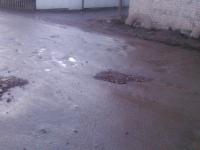 В Сыркове отремонтировали ямы ломаными кирпичами