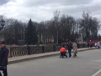 Андрей Никитин гуляет по Новгороду с женой и дочкой