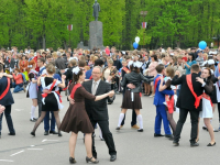 На «Последнем звонке» главная площадь Великого Новгорода стала танцплощадкой для школьного вальса