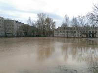 Новгородский водоканал устраняет лужу у школы №9