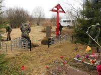 Сотрудники Росгвардии привели в порядок воинское захоронение в Новгородском районе
