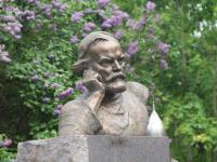 Памятник писателю Дмитрию Балашову установили между тремя новгородскими храмами