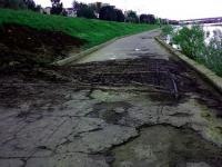 Фотофакт: грязь вместо лестницы на набережной Александра Невского