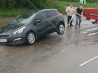Фотофакт: новгородская лужа поглотила автомобиль