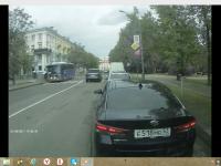 Видео: авто переворачивается в полёте, столкнувшись с автобусом в центре Великого Новгорода