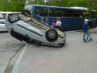 Девушка, чья машина перевернулась на улице Газон из-за столкновения с междугородним автобусом, доставлена в больницу
