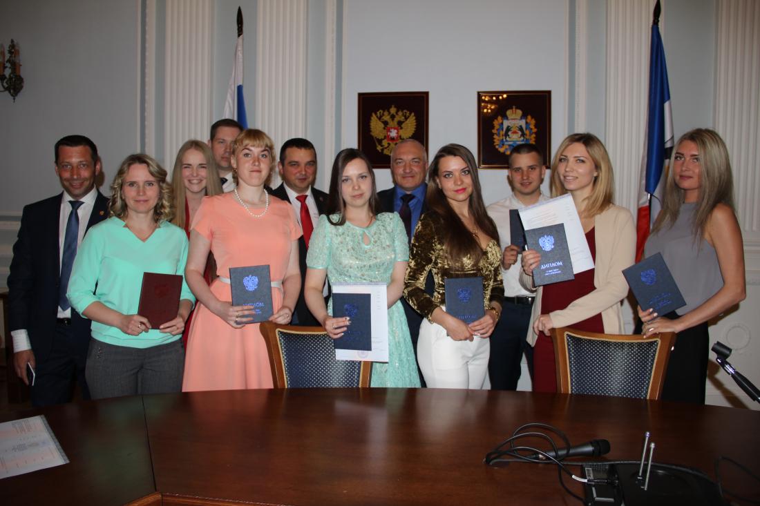 Выпускники Новгородского филиала РАНХиГС получили дипломы в  Выпускники Новгородского филиала РАНХиГС получили дипломы в торжественной обстановке
