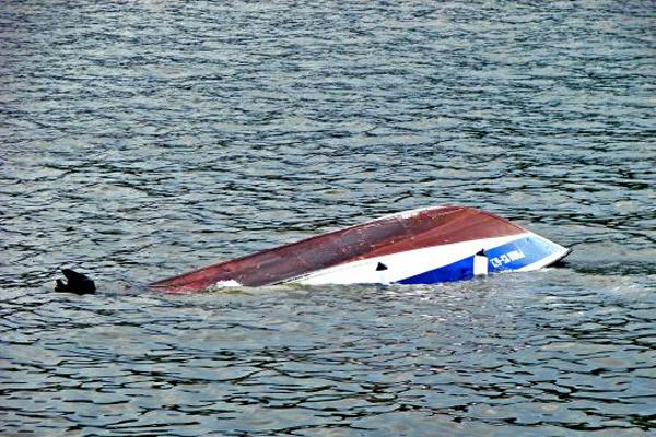 На Ильмене перевернулась лодка с двумя рыбаками: один из них выжил