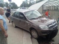 ДТП возле двух мостов Великого Новгорода: скрывшийся водитель «девятки» и съезд «Лада Гранта» на тротуар