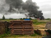 Фотофакт: гарь от горящего пластика на складе стройматериалов в Панковке накрыла небо