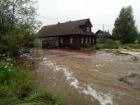 Потоп-2: в Любытинском районе хлеб людям приходится доставлять на лодках