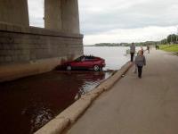Фотофакт: в Великом Новгороде автомобиль вылетел в реку под мост Александра Невского