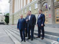 Лица, сопровождавшие кандидата ЛДПР с подписями на выборы губернатора Новгородской области, попали в Дом советов после препирательства с охраной