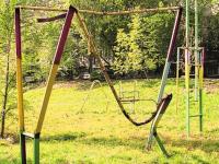 В Чудове детские игровые площадки строят наперегонки с разрушающими их вандалами