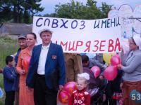 Жители новгородской деревни Бураково устроили праздничное шествие, ошеломив соседей креативом и позитивом