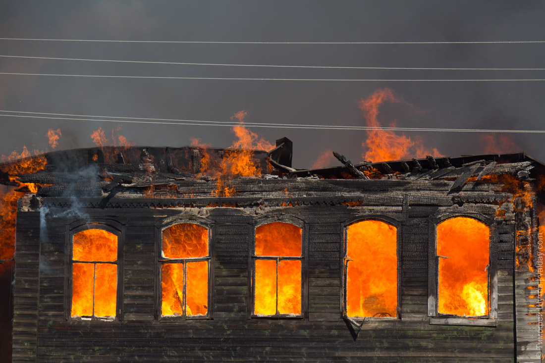 На пожаре в Старой Руссе сгорел молодой парень