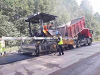Фото: самую «убитую» дорогу Новгородской области выравнивают и избавляют от трещин
