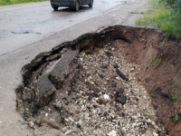 Фотофакт: обвал дороги Крестцы-Окуловка-Боровичи