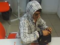 Фотофакт: подозреваемого в ограблении новгородской «Деньги» сняли камеры
