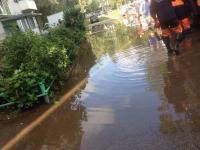Фотофакт: потоп перед подъездом дома в Великом Новгороде