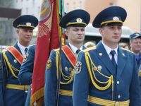 На митинге памяти Александра Панкратова торжественно пронесли доставленное из Москвы знамя