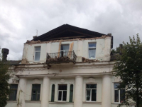 Центр соцзащиты в Старой Руссе, где вчера рухнул фронтон, давно «говорил» о своей аварийности