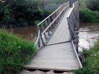 В Крестцах люди вынуждены с риском для жизни ходить по мосту