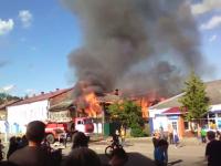 Видео: в Валдае горят три дома. Пострадал пожарный