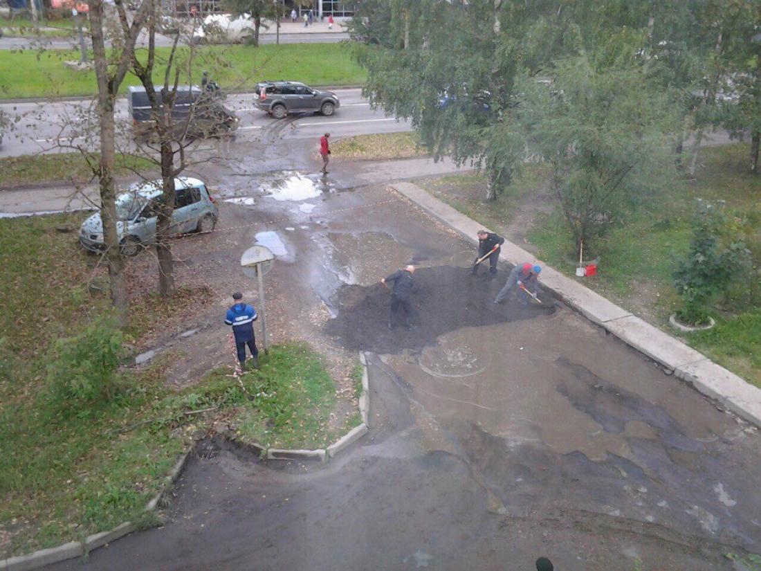Решение положить асфальт в лужу на проспекте Корсунова приняли сами местные жители
