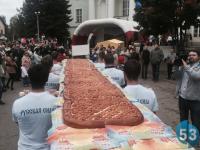Фото: боровичане отведали пятиметровый пирог-рекордсмен и раскрыли его секрет