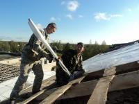 Фото: в Поддорье после урагана пожарные помогли восстановить школу