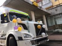 Фотофакт: фура вместо лимузина для новгородских молодоженов