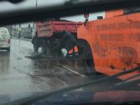 Фотофакт: на Колмовском мосту в дождь прошли срочные дорожные работы