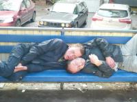 Фотофакт: новгородцы согревают друг друга на автобусной остановке