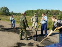 Фото: разбитыми дорогами теперь занялись и жители Старорусского района