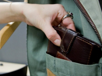 У оператора, снимавшего сюжет о сносе домов в цыганском поселении в Чудове, украли кошелёк